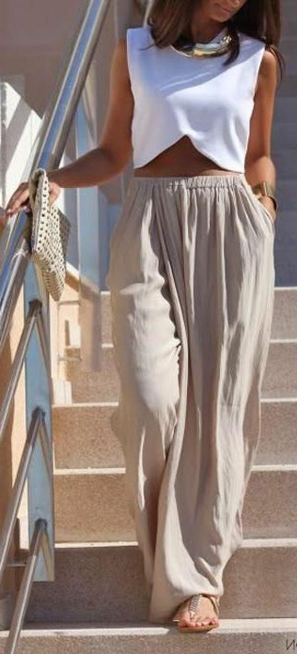 pantalon-fluide-beige-et-un-haut-blanc