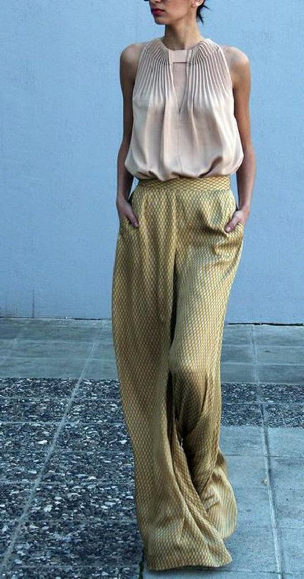 pantalon-fluide-et-une-chemise-pâle-charmante