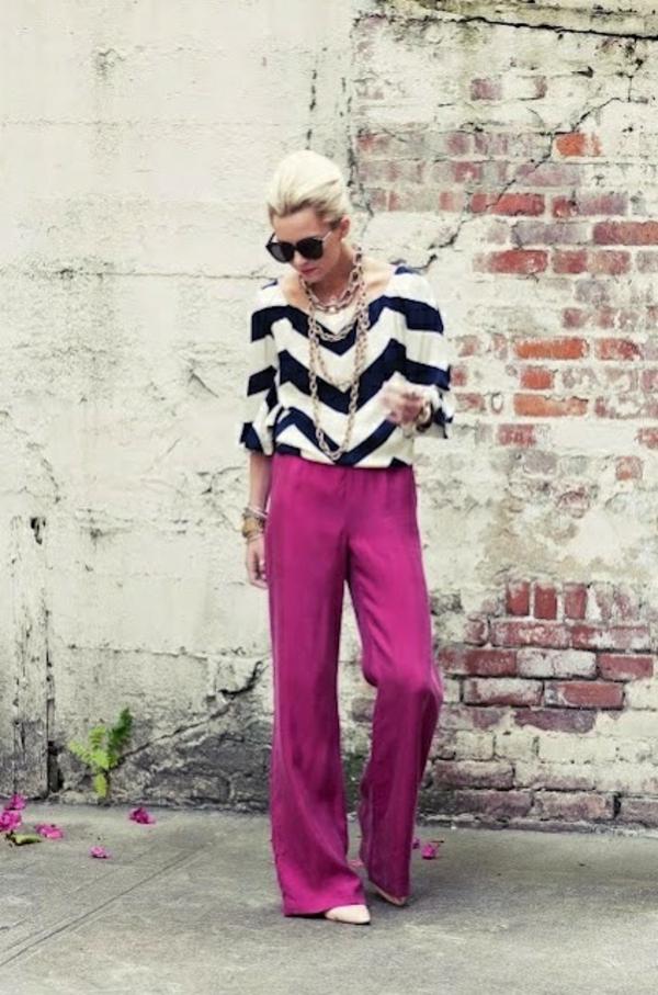 pantalon-fluide-rose-et-blouse-à-rayures-diagonales