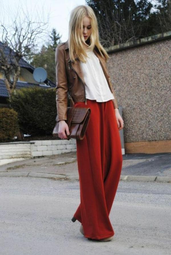 pantalon-fluide-rouge-et-veste-en-cuir