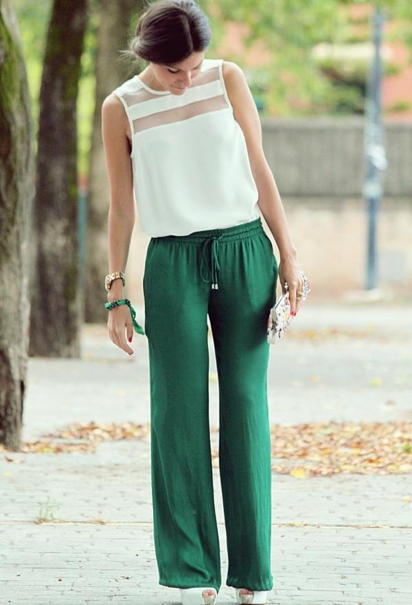 pantalon-fluide-sportif-et-une-blouse-élégante-blanche