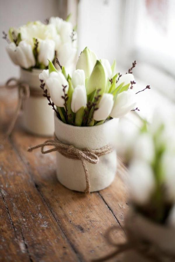petites-tulips-blancs-fênetre-lumineuse