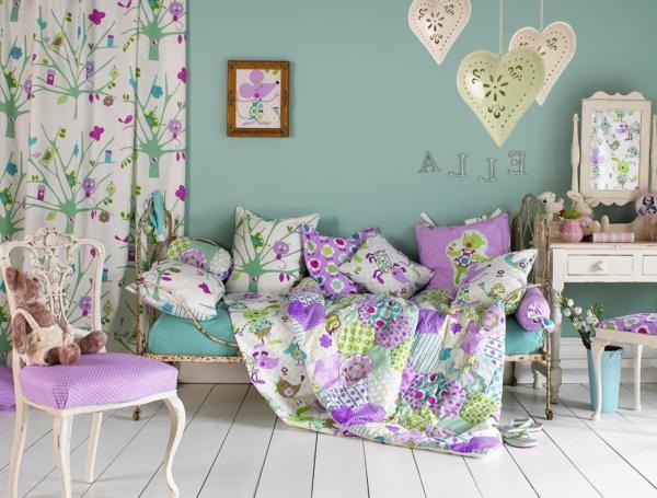 pièce-couleurs-violet-vert-table-chaise-décoration