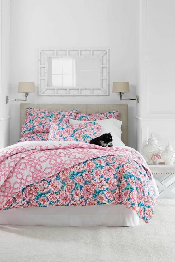 pièce-couverture-chambre-lit-coussins-rose-floral-dormir-chat