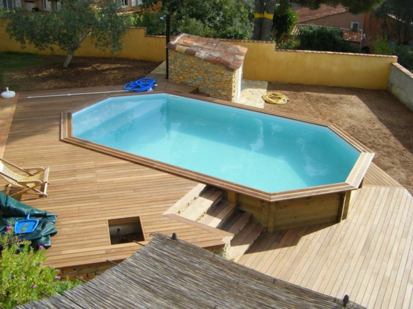 Votre piscine semi enterr e 30 id es cr atives for Piscine hors sol beton a debordement