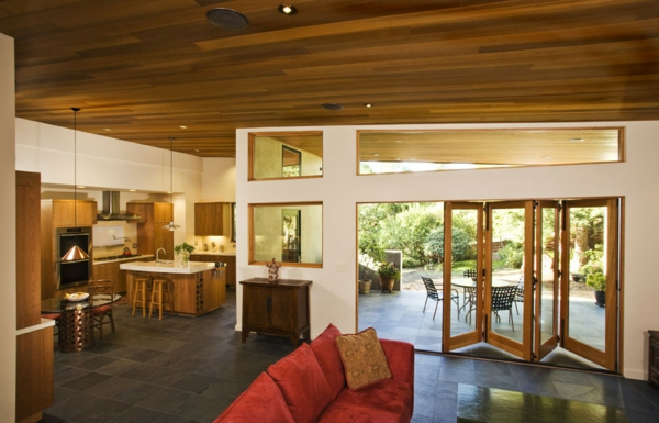 porte-accordéon-plafond-en-bois-intérieur-à-espace-ouvert
