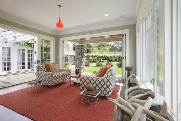 porte-accordéon-salon-de-maison-contemporaine-décoré-de-deux-grandes-baies-vitrées