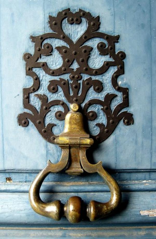porte-en-bleu-poignée-d-or-extraordinaire