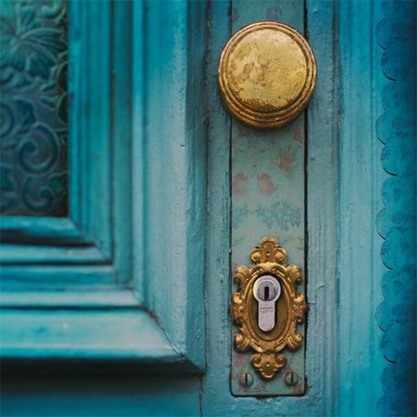 porte-en-bleu-poignée-d-or-originale