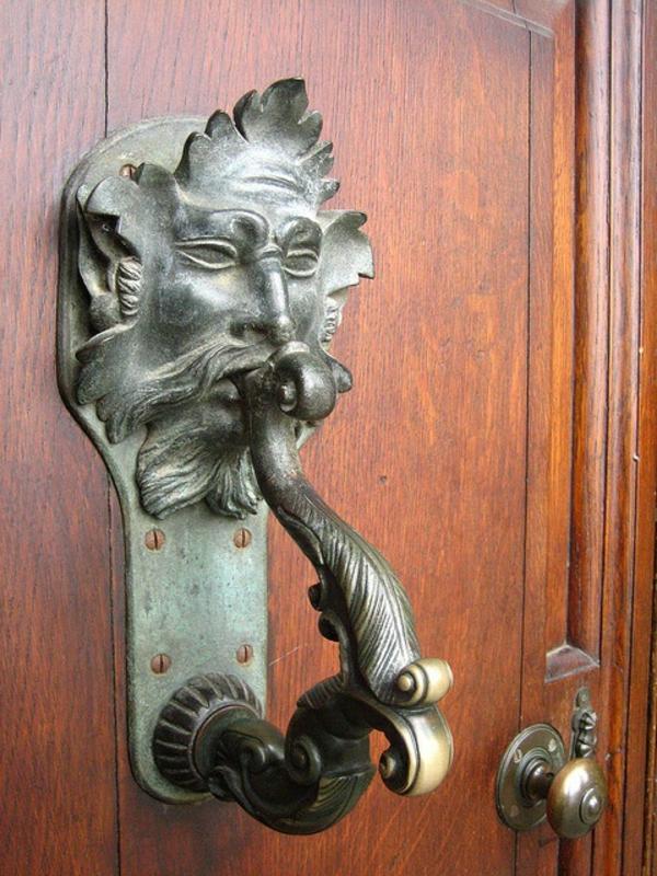 porte-en-bois-poignée-gothique