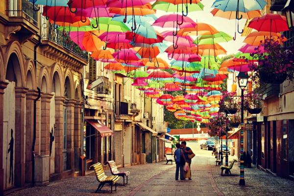 Visiter-Portugal-parapluie-sur-la-rue-sky-projet