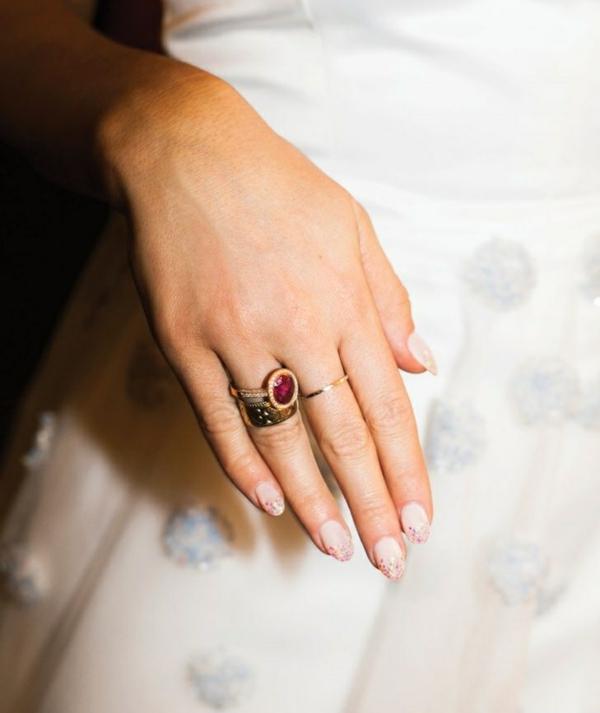 robe-blanche-bague-rubis-rouge-accessoire