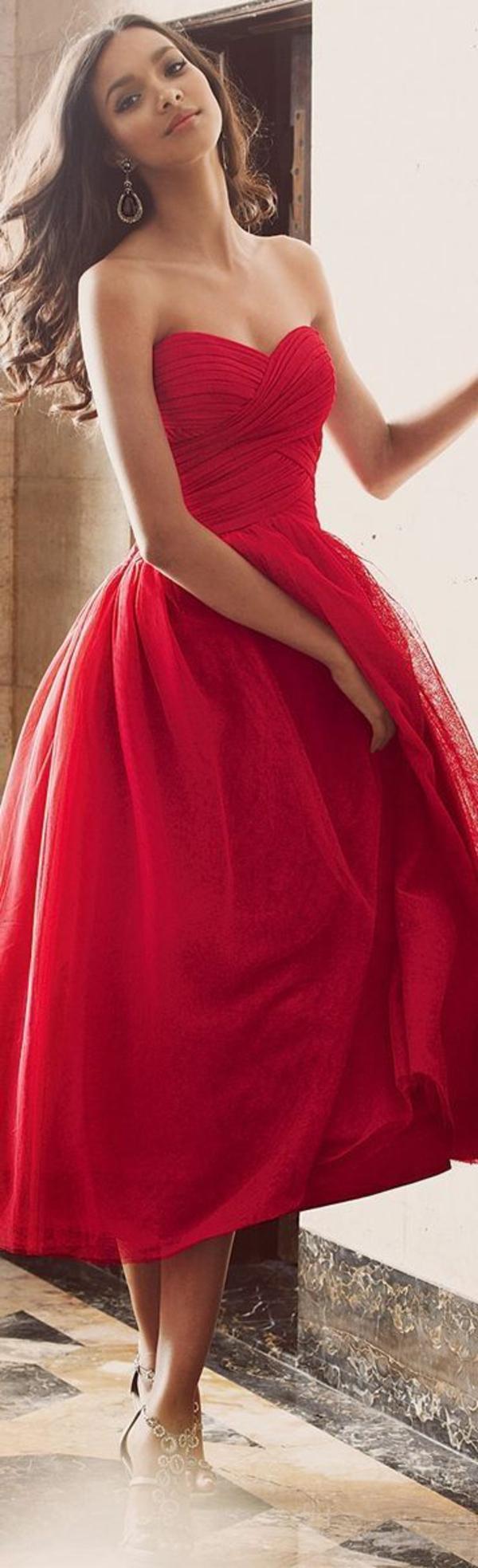 La robe bustier comment la porter for Robe de noel rouge