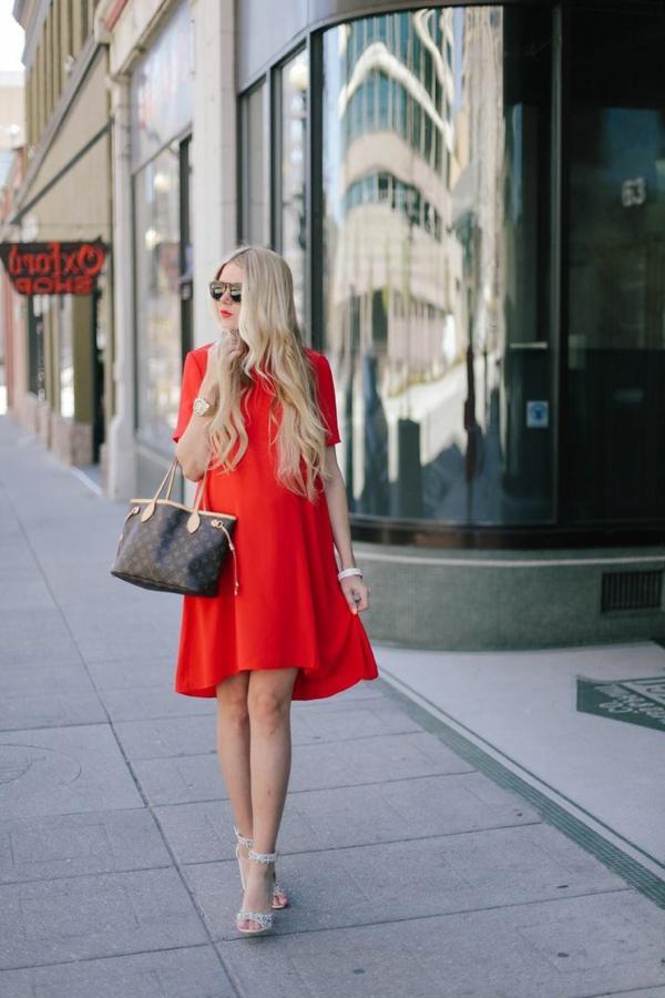 robe-rouge-flottant-au-niveau-des-hanches