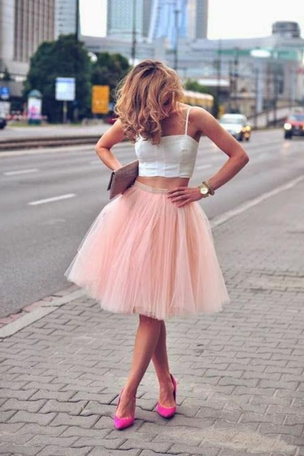 robe-tenue-de-jour-comment-porter-une-robe-bustier-blanc-jupe-rose-poufante
