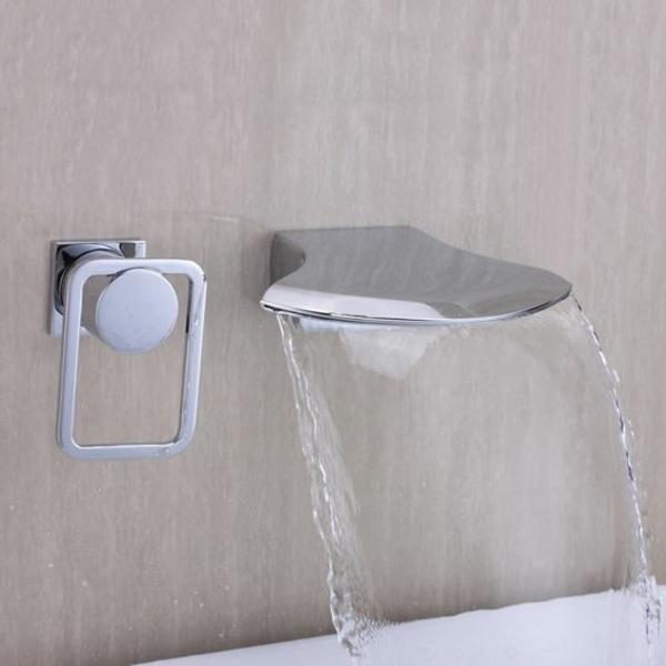 robinet-en-acier-eau-qui-coule-baignoire