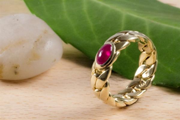 rubis-et-or-une-bague-luxeuxe-idée-cadeau