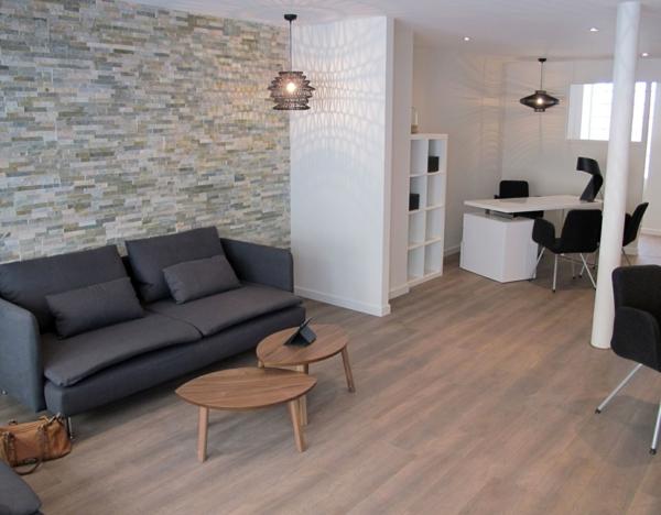 séjour-sofa-lа-pierre-de-parement-intérieur-mur-intérieur-lustre