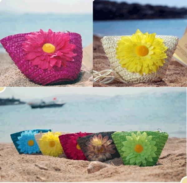 sac-en-paille-des-sacs-colorés-avec-fleurs
