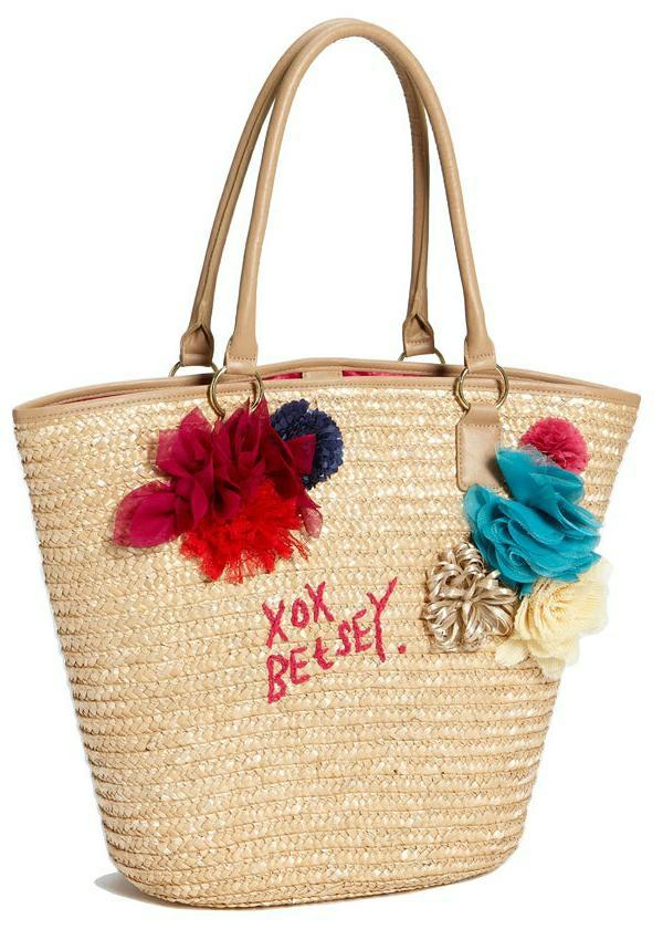 sac-en-paille-des-textiles-colorés-ajoutés-resized