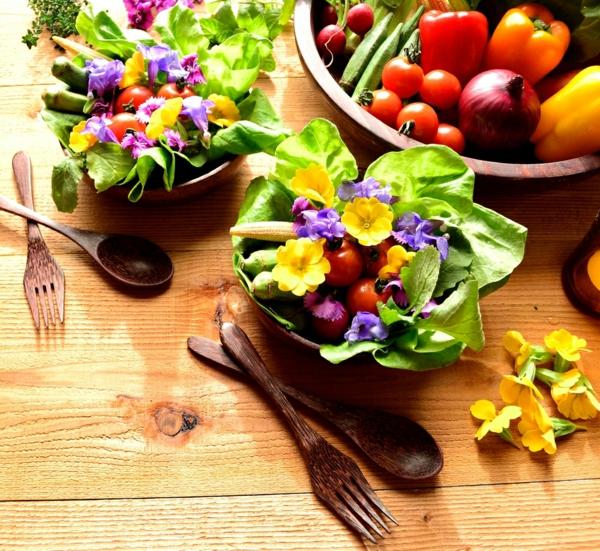 salade-avec-des-fleurs-consomables-colorée