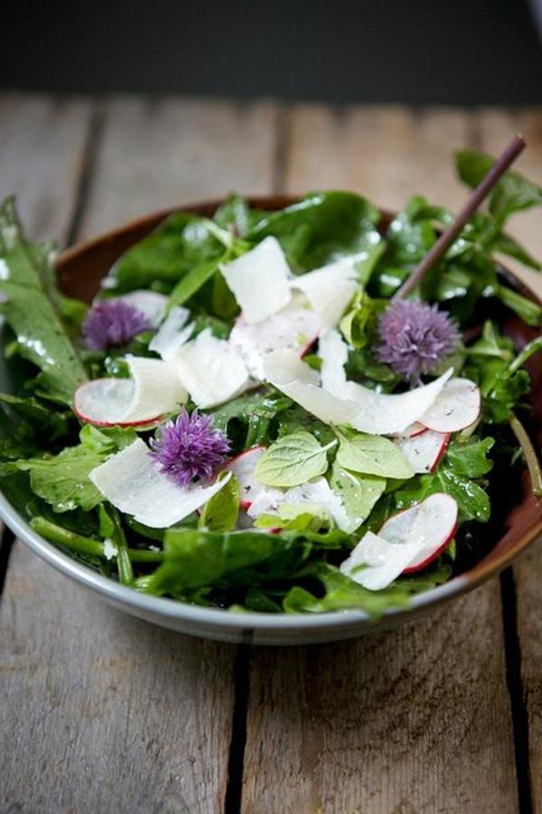 salade-avec-des-fleurs-de-la-jardin-mangeables