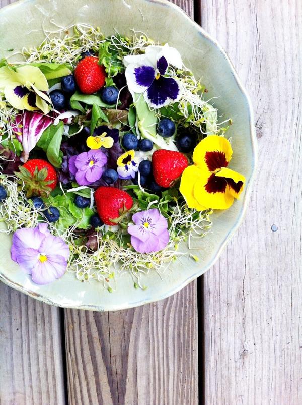 salade-bien-décorée-avec-des-fleurs-mangables