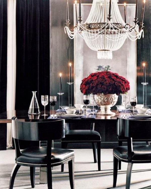 salle-à-manger-table-rangé-fleurs-roses-rouge-et-noir-lustre-baroque