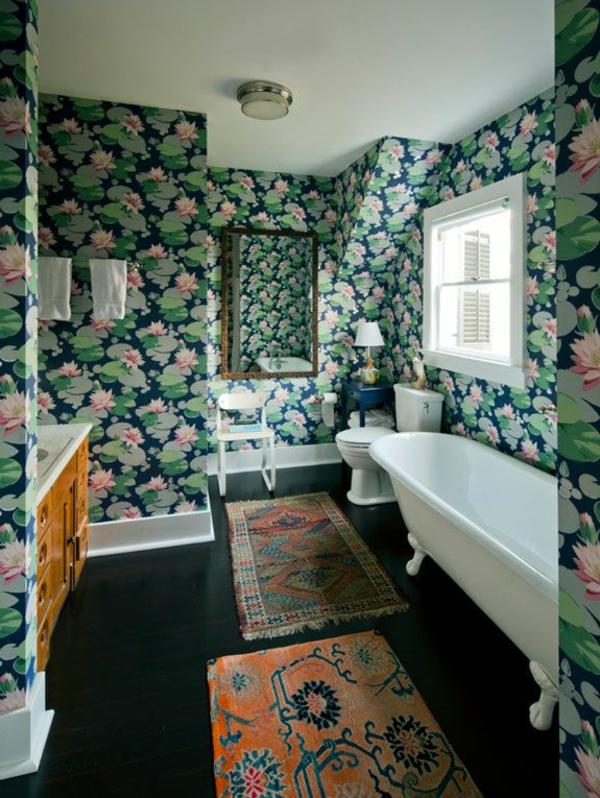 salle-de-bain-avec-tapis-coloré