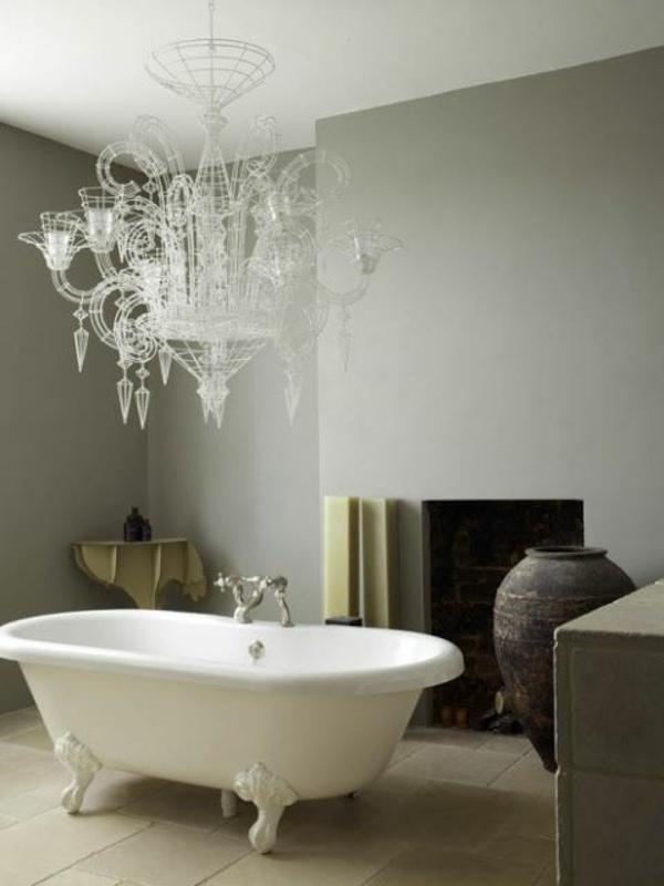 salle-de-bain-baignoire-lustre-néo-baroque