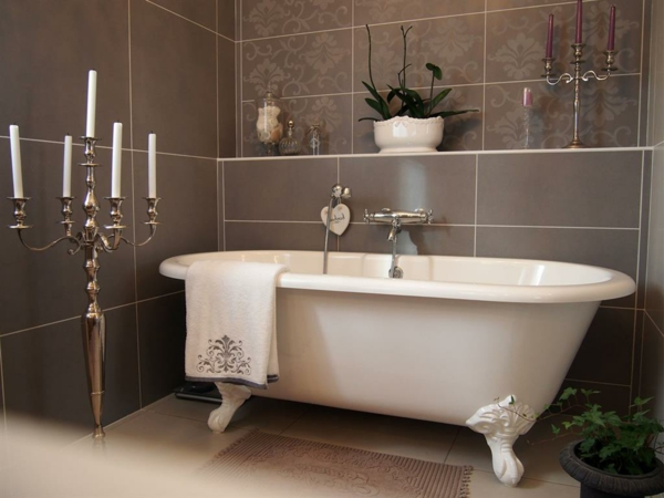 salle-de-bain-classique-baignoire-ilot-classique-blanc-et-brune