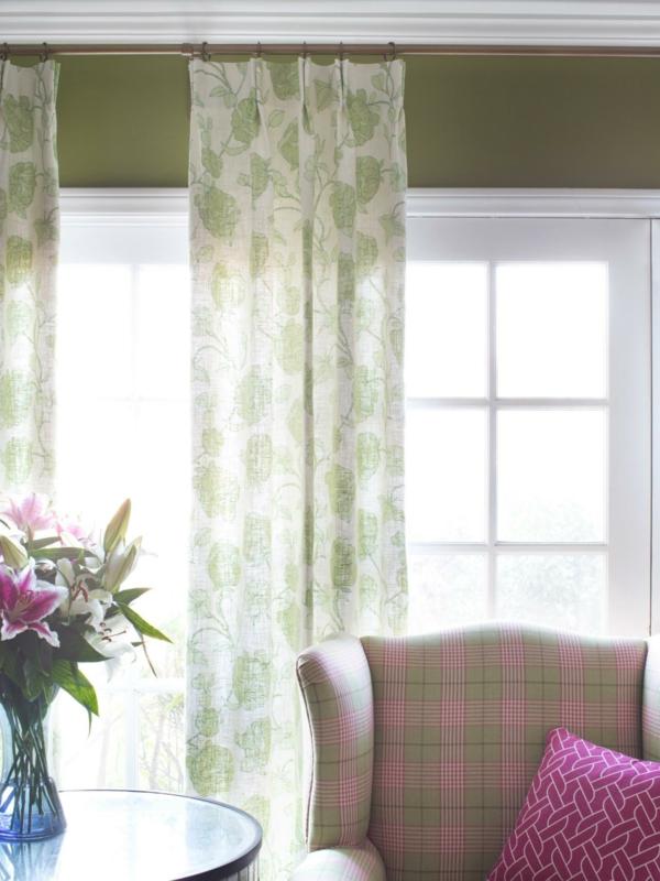 salle-de-séjour-rideaux-coussin-fleurs-porte-fenêtre-vert-rose