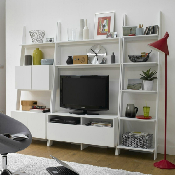 salon-comode-échelle-transformée-en-étagère-télé-livres