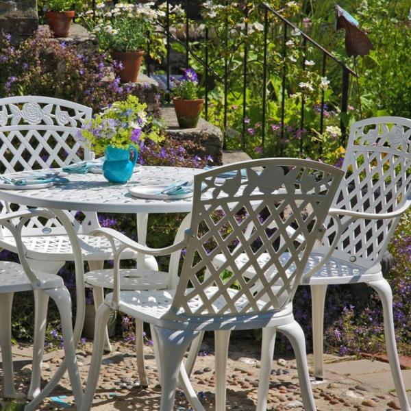 salon-de-jardin-en-aluminium-blanc-et-un-vase-bleu