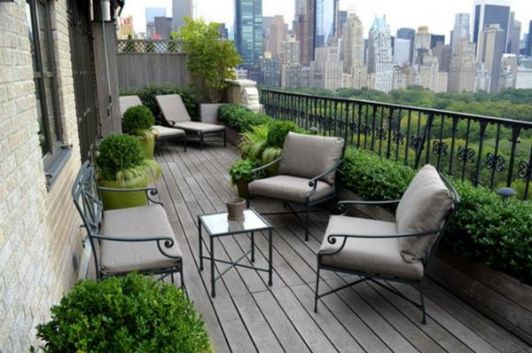 salon-de-jardin-en-aluminium-une-grande-terrasse-et-mobilier-en-aluminium-forgé