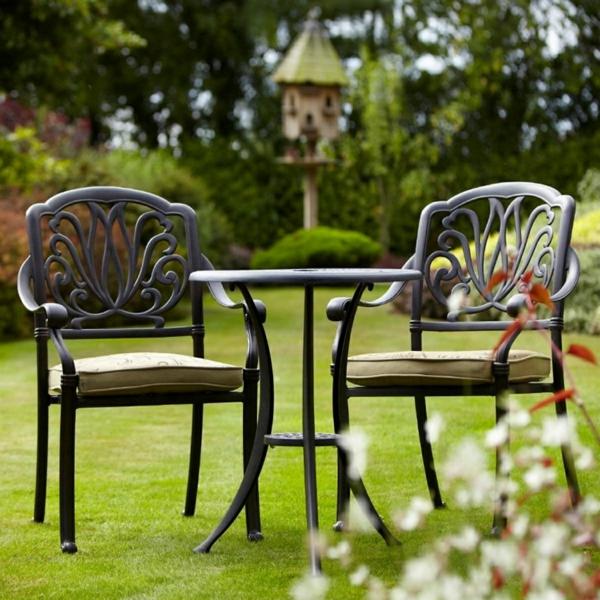 salon-de-jardin-en-aluminium-une-petite-table-et-deux-chaises-en-aluminium-forgé