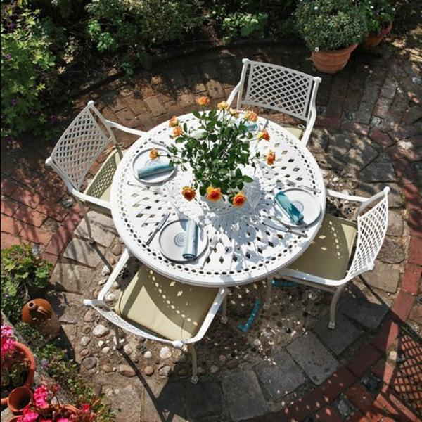 salon-de-jardin-en-aluminium-une-table-et-quatre-chaises-coquettes