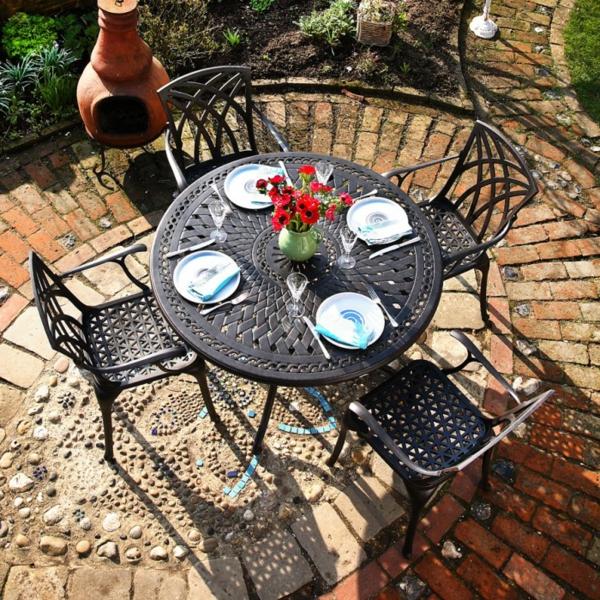 salon-de-jardin-en-aluminium-une-table-ronde-et-quatre-chaises-élégantes