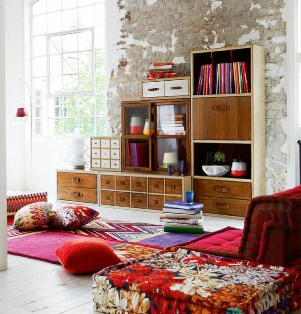 salon-roche-bobois-étagère-en-bois-et-sofas-mah-jong
