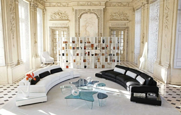 salon-roche-bobois-architecture-antique-et-sofas-modernes