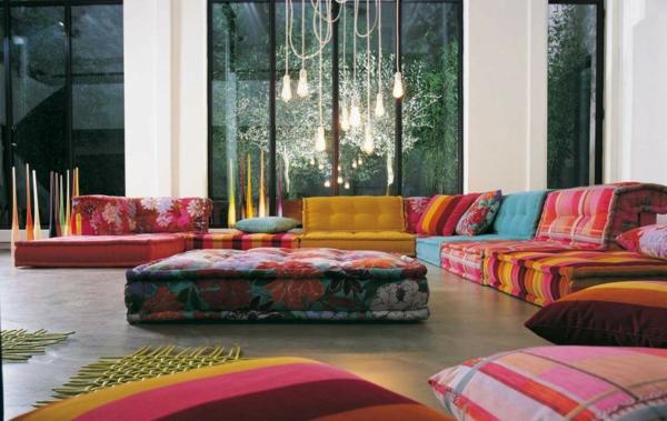 salon-roche-bobois-les-sofas-iconiques-et-déco-lampes-pendantes