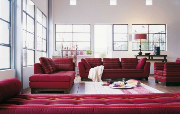 salon-roche-bobois-sofas-rouges-et-salle-blanche