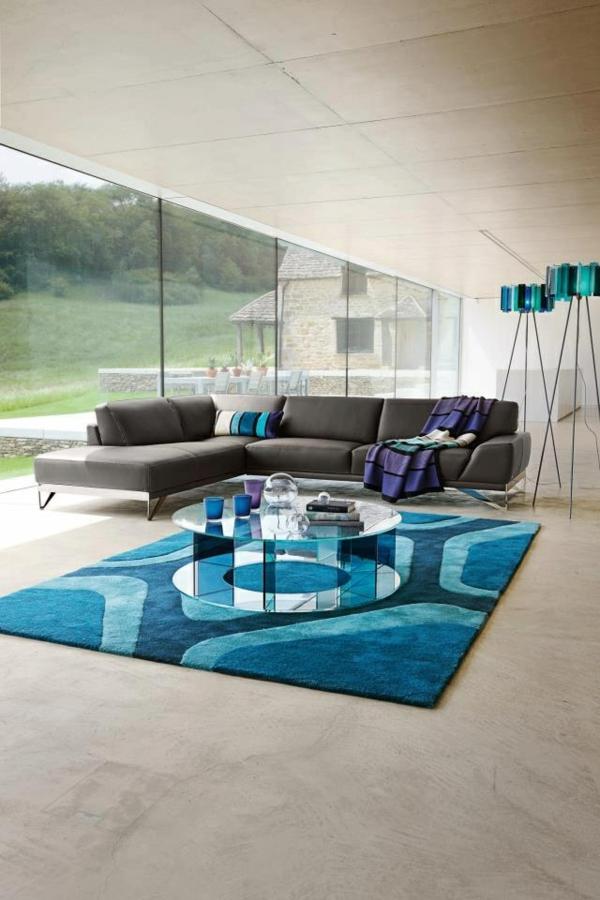 salon-roche-bobois-un-tapis-bleu-fantastique-et-des-murs-bleus