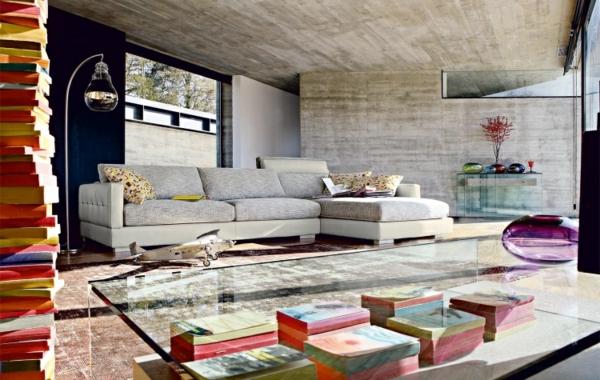 salon-roche-bobois-une-grande-table-transparente
