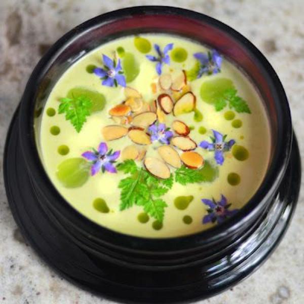 soupe-creme-avec-des-fleurs-consommables