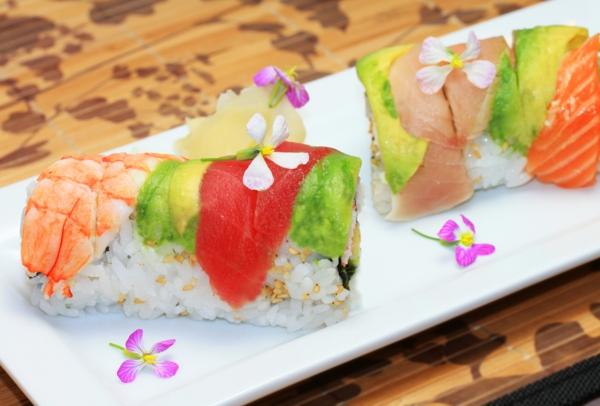 sushi-avec-des-fleurs-riz-poisson-bien-décoré