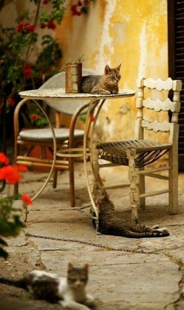 table-chaises-rue-grecque