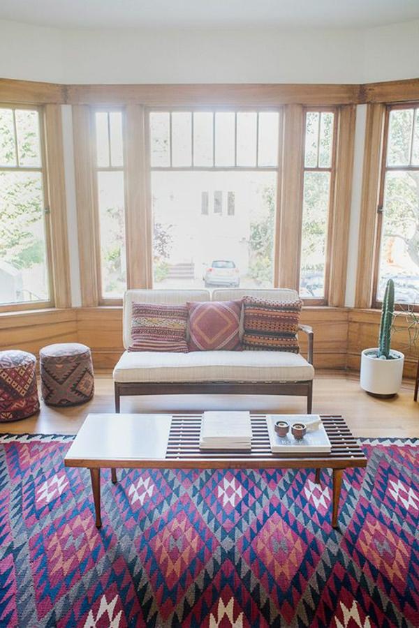 tapis-coloré-chambre-clair-coussins