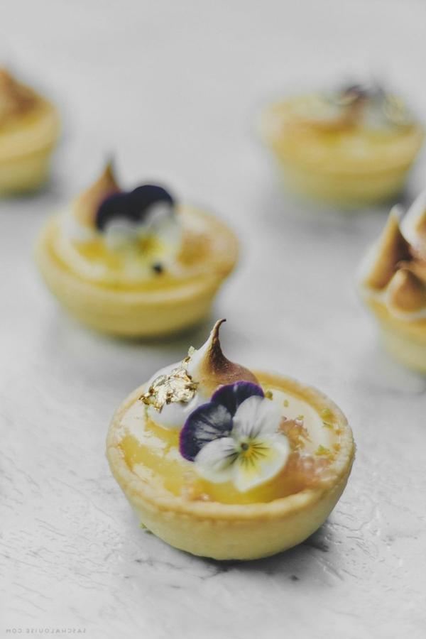 tarte-avec-fleurs-comestibles-délicieuse