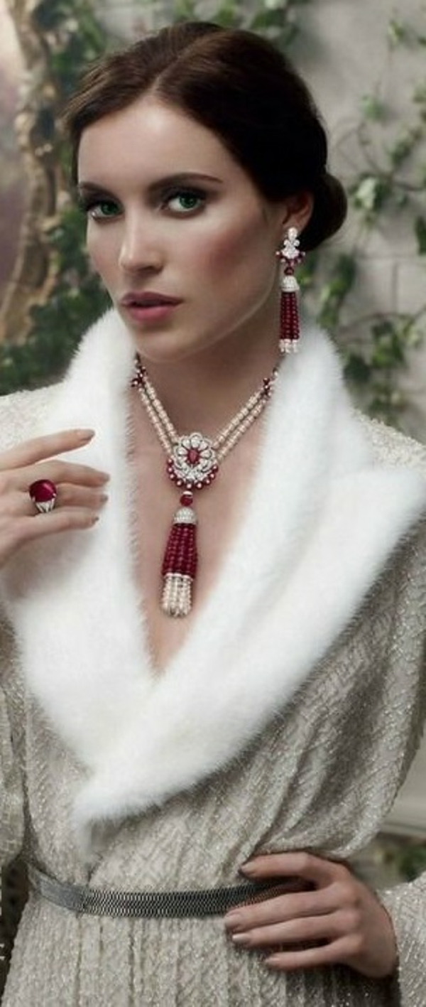 tenue-bague-serti-de-rubis-famme-portant-bijoux-rouges
